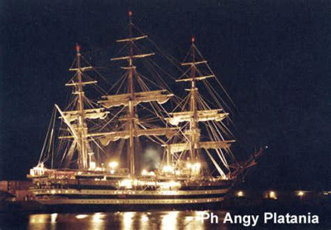 fotografia catania porto la nave amerigo vespucci di notte