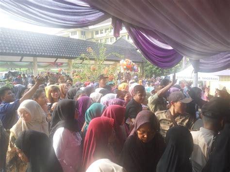 Paket Sembako Murah ratusan warga nyaris ricuh berebut paket sembako murah di tangerang okezone news
