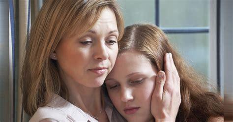 padrastro se coge a la hija de la mujer esto es lo que le dijo a la hija adolescente de su amiga