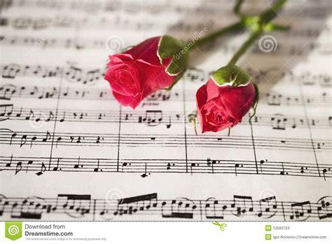 imagenes de rosas musicales rosas rosadas en notas musicales imagen de archivo