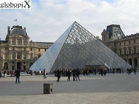 bateau mouche traduzione in italiano foto parigi piramide del louvre globopix