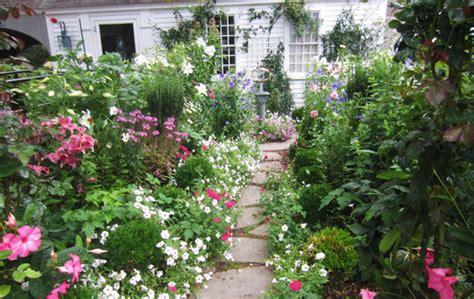 traditional cottage garden flowers a joyful cottage 20 cottage gardens that inspire