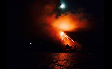 lade di lava stromboli fiume di lava fino al mare foto blitz