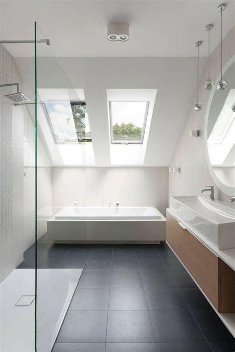 graue farbe badezimmer die besten 17 ideen zu bad mit dachschr 228 ge auf