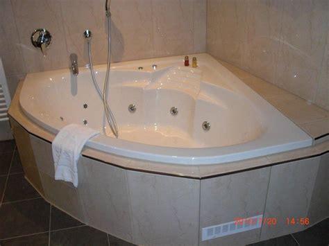 eckbadewanne mit whirlpool bild quot eckbadewanne mit whirlpool in der junior suite quot zu