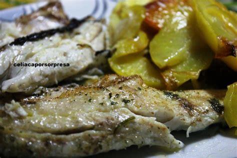 cocinar lubina al horno lubina con patatas al horno pescado y marisco