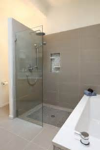 Doorless showers designs for modern bathroom with bathtub