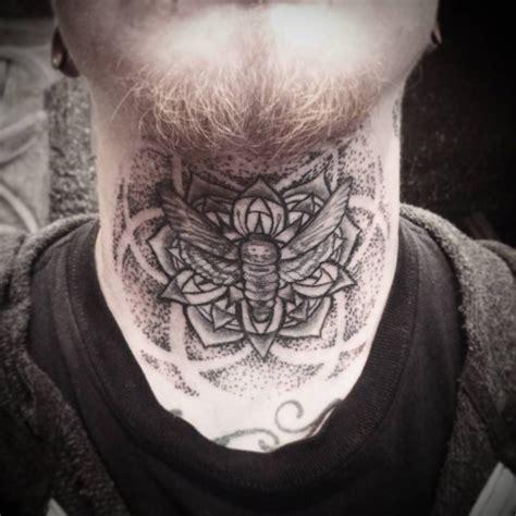 tattoo on neck care narbung stil schwarzea hals tattoo mit schmetterling