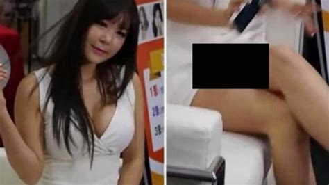 Wanita Dewasa Pakai Rok Mini Pamer Body Gara Gara Salah Pakai Rok Spg Cantik Ini Malah Perlihatkan