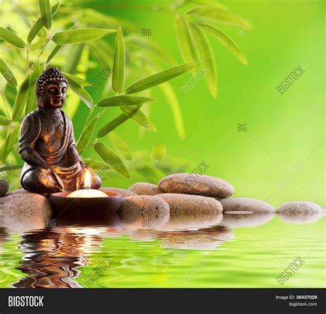 imagenes zen buda buda en meditaci 243 n con velas hojas de bamb 250 y zen piedras