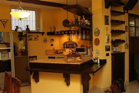 mensole gialle cucina in muratura con banco snack camini fai da te