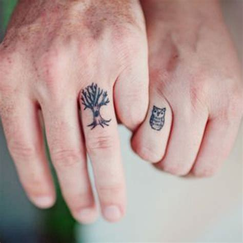 love tattoo on wedding finger trouv 233 sur planete elea com tatouage couple discret 15