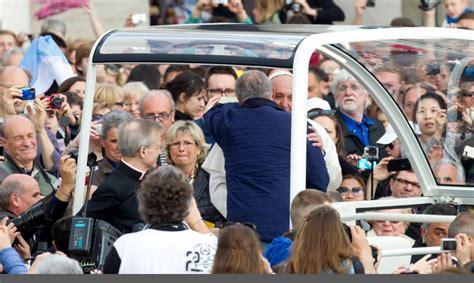 blitz quotidiano mobile papa francesco ferma la papamobile blitz quotidiano