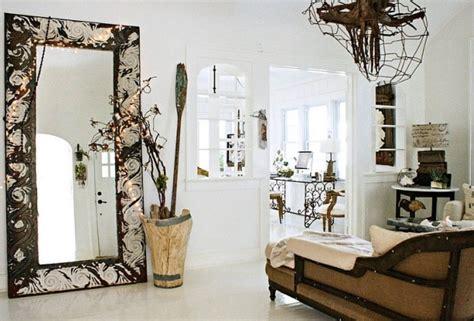 gardinen mintgrün duże lustro i patynowane meble i dekoracje w salonie