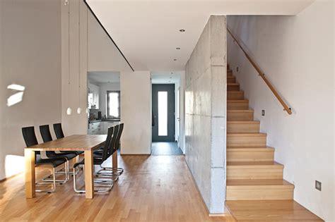 moderne reihenhäuser helles wohnzimmer mit essbereich luftraum und treppe