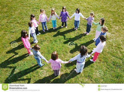 imagenes libres juego los cabritos preescolares al aire libre se divierten