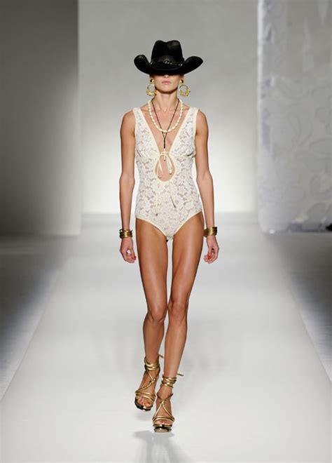 modelle in costume da bagno beachwear costumi da passerella www stile it