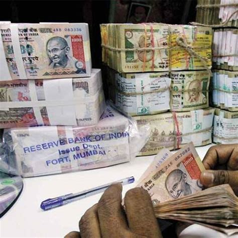 rupee snaps 4 day fall ends at 61 36 v s us dollar on