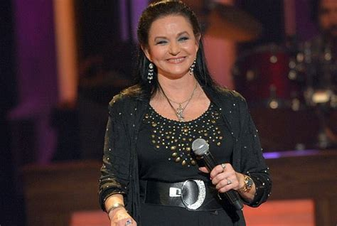 crystal gayle now news noon country legend crystal gayle talks about her