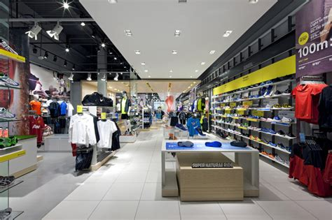 rooms to go shopper the locker room by foot locker by dalziel and pow uk 187 retail design