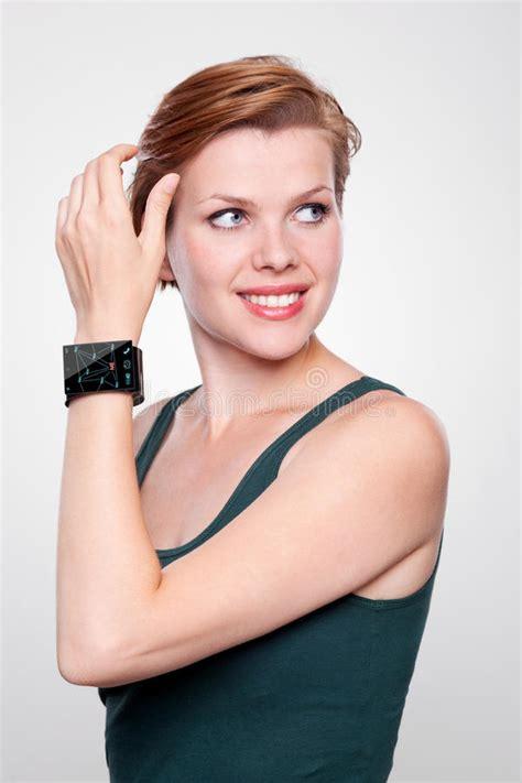 sedere ragazza ragazza con un orologio astuto di moderno sulle