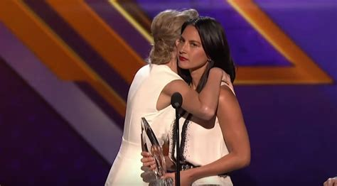 taylor swift and olivia hug 23 things only people who are uncomfortable with physical