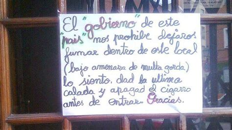 un cartel en la entrada de un bar de madrid abc es