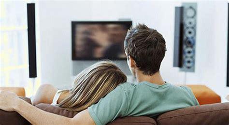 sesso sul divano sesso sul divano di casa davanti alla tv poi la scoperta