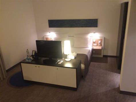 fernseher mitten im raum 5517 bett fernseher kaffeemaschine bild dorint hotel