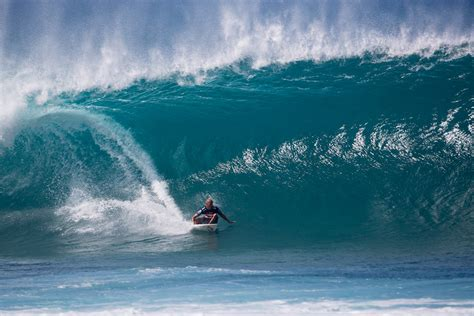 kelly slater surfing pipeline quiksilver s kelly slater wins 7th pipe masters title