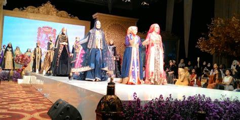 desain baju anniesa hasibuan anniesa hasibuan gelar fashion show perdana di jakarta