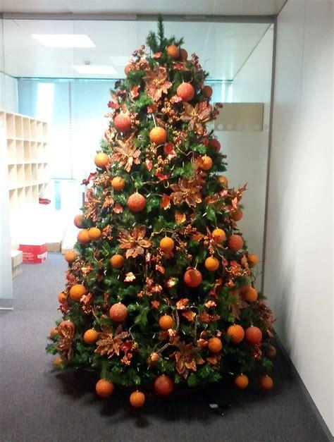 arbol decorado en naranja search navidad navidad arbol decorado y