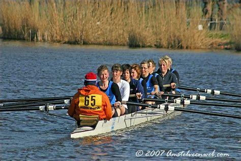 eerste roeiboot nieuws roeiwedstrijd op de amstel amstelveen
