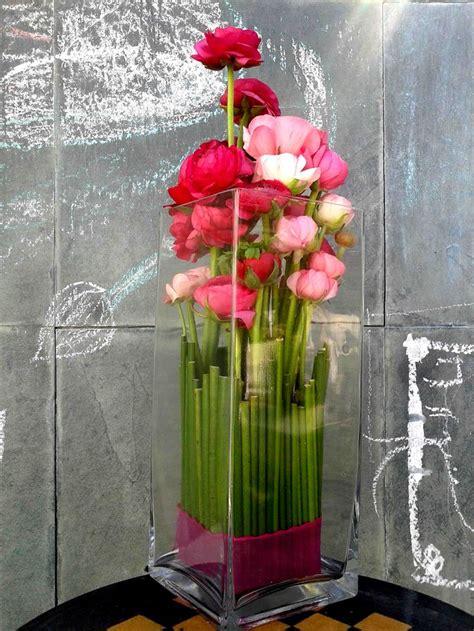 arreglos florales en floreros de vidrio arreglo floral de ran 250 nculos en florero alto de vidrio