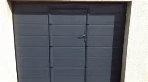 porte de garage basculante avec portillon integr 233 aluminium