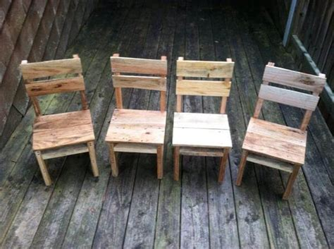 Pallet Table And Chairs by Diy Rustic Pallet Table And Chairs 99 Pallets