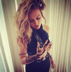 perrie edwards ups her body art game with an intricate