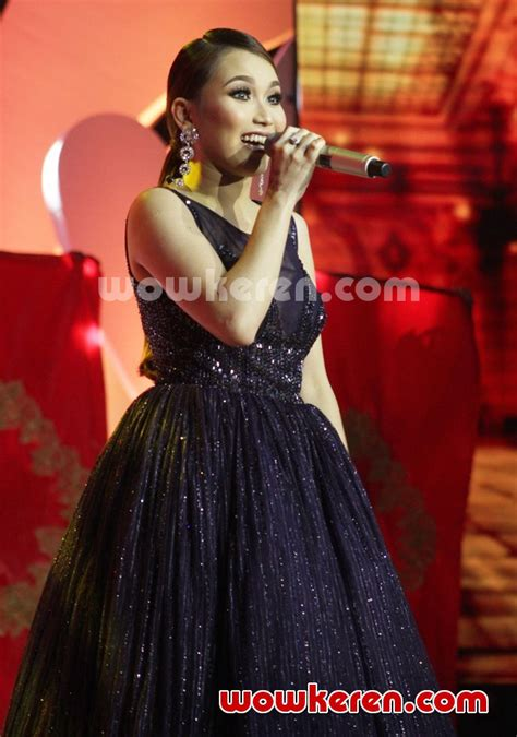 The Best Dollyn Cabella Ayu Ting Ting foto penilan ayu ting ting di konser best of ayu ting
