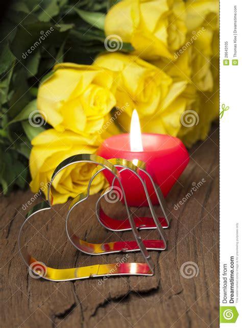 candele gialle gialle e candela fotografia stock libera da diritti