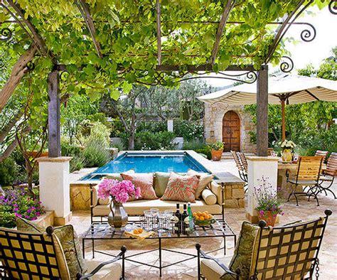 ways  create  backyard getaway  homes gardens