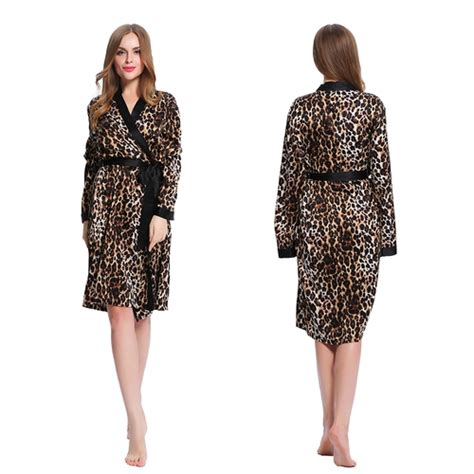 robe de chambre leopard robe de chambre mi longue en soie l 233 opard lilysilk