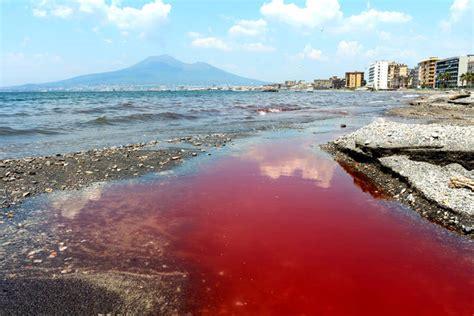 a castellammare di stabia a castellammare di stabia il mare diventa rosso sangue