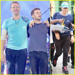annabelle wallis glastonbury coldplay bassist guy berryman goes shirtless coldplay