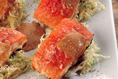 cucinare i tranci di salmone ricetta salmone in padella al sesamo e nocciole la
