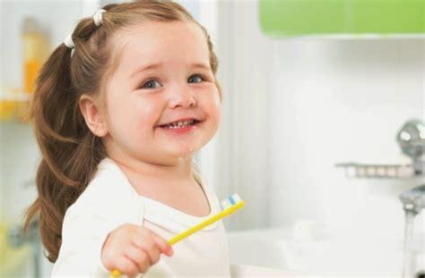 Membersihkan Gigi Kuning bagaimana cara menghilangkan gigi kuning menjadi putih pada anak 1 tahun sakit gigi