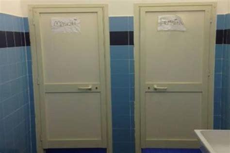 bagno scuola bagni rotti a scuola foto giorno roma
