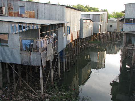 living on a boat vs house slum