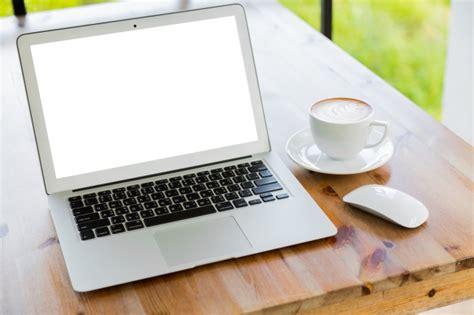 Ordinateur portable avec une tasse de café à côté   Télécharger des Photos gratuitement