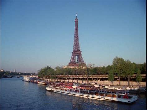 bateau mouche tour eiffel tour eiffel paris france hd stock video 815 125 685