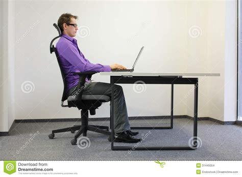 posizione seduta posizione seduta corretta al computer portatile immagini